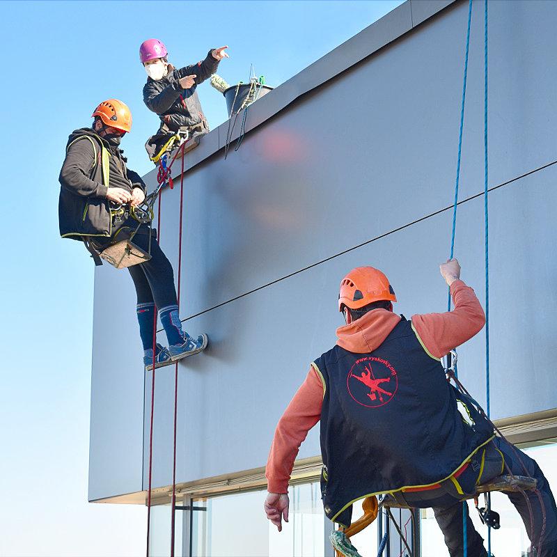 Horolezci na výškové budově