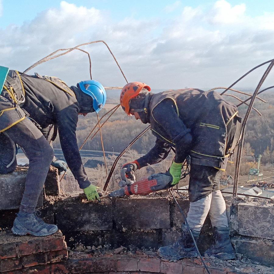 Dva muži bourají komín