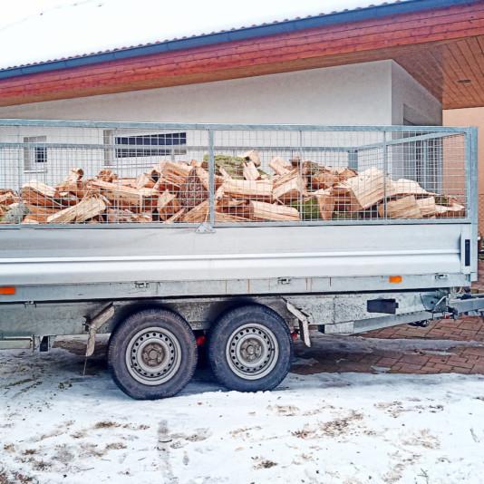 Přívěs naložený dřevem